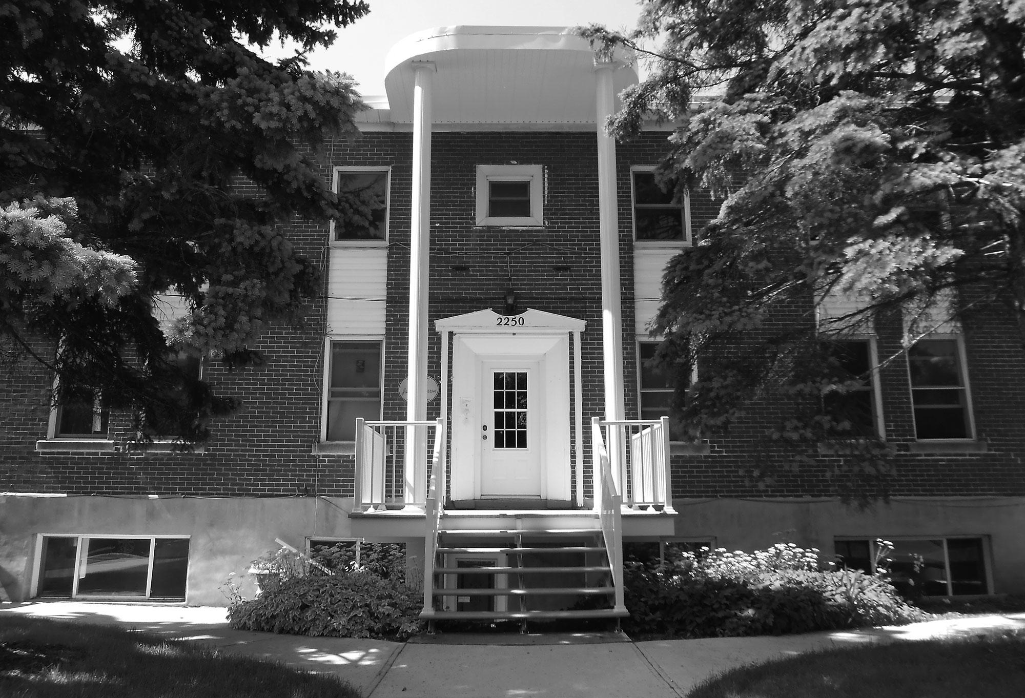 photo-n-b-facade-maison-jacques-ferron